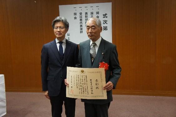 表彰式後、受賞者と事務次官