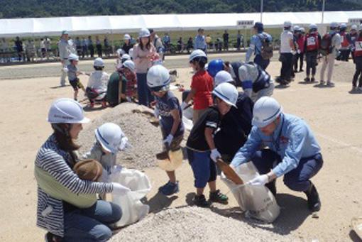 地元住民や小学生等が参加した水防工法体験