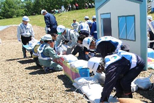 町内会、土木建設業協会による住宅浸水防止訓練